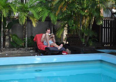 relaxen aan het zwembad