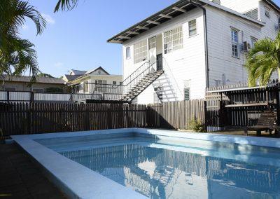 zwembad, achterkant gebouw